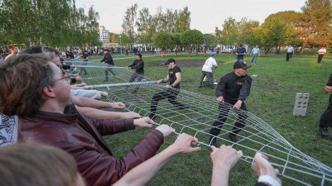 BBC: Как в Екатеринбурге столкнулись защитники сквера и храма
