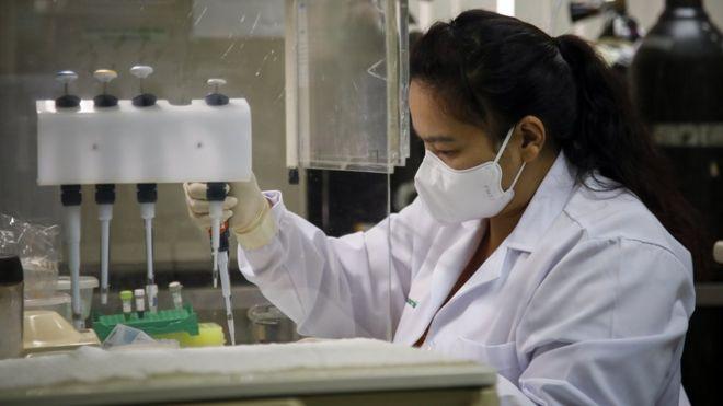 Una mujer trabajo en un laboratorio en el desarrollo de una vacuna contra el covid-19.