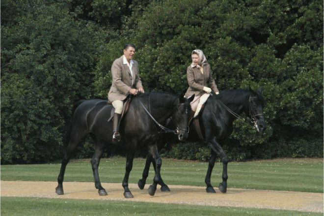 1982年,美国总统罗纳德·里根(Ronald Reagan)访问英国,英国女王与他在温莎城堡骑马。这些马是加拿大皇家骑警送给女王的礼物。