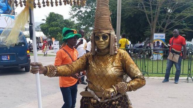 Une amazone avec son arme et son parapluie à l'ouverture du MASA à Abidjan