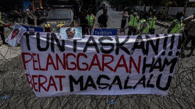 Sejumlah mahasiswa yang tergabung dalam Aliansi BEM Universitas Jenderal Soedirman melakukan aksi menuntut Jaksa Agung untuk menuntaskan kasus pelanggaran HAM Berat, di simpang Jalan Kampus, Purwokerto, Banyumas, Jawa Tengah, Jumat (10/09)