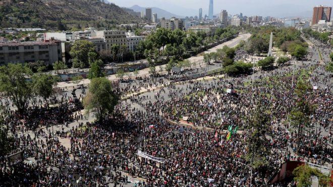 Imagen aérea de la marcha en Plaza Italia, Santiago de Chile