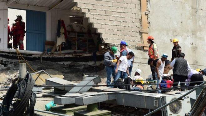 Поиск людей под обломками здания в Мехико
