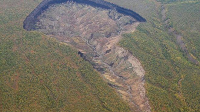 """西伯利亚""""不断长大""""的巨坑"""
