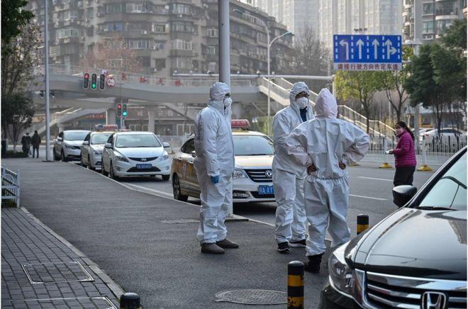武汉街头身穿着防护服的工作人员。