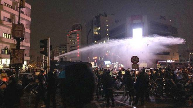 نیروی انتظامی از اتومبیلهای آبپاش برای متفرق کردن تظاهرکنندگان استفاده کرد