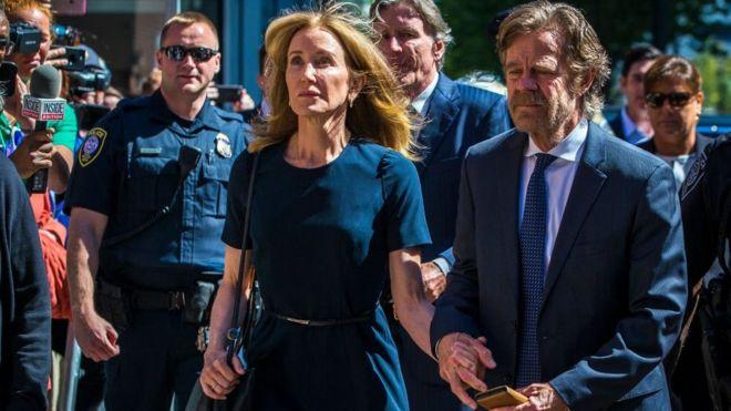 Felicity Huffman llegó a la corte con su esposo, William H. Macy.