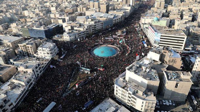 مقتل قاسم سليماني: الآلاف يحتشدون في طهران للمشاركة في جنازة القائد