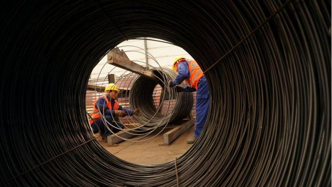 Công nhân một nhà máy sản xuất thép tại Bắc Kinh, Trung Quốc