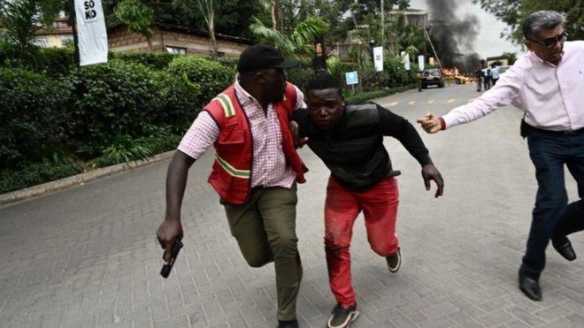 Un herido es acompañado por fuerzas de seguridad