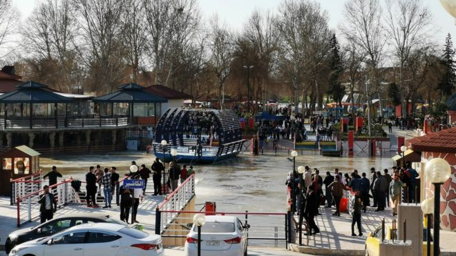 Iraq ferry sinking: 'Nearly 100 dead' in Tigris river - BBC News