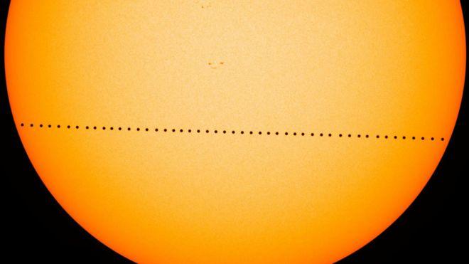 Tránsito de Mercurio en el que puede verse el recorrido de un punto negro frente al disco solar en 2016