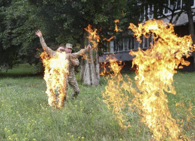 Сошедший с ума ветеран АТО поджег себя у здания Минобороны