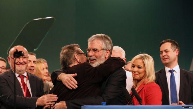 Джерри Адамс в окружении коллег по партии после того, как он объявил, что уходит в отставку в качестве лидера Шинн Фей