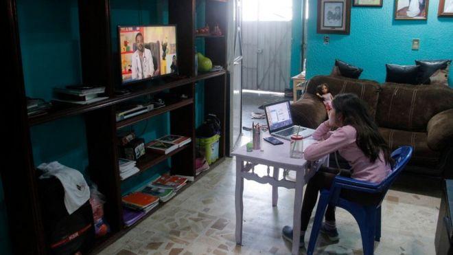 Menina mexicana estudando em casa