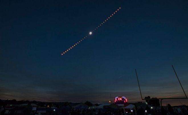 Nasa tarafından hazırlanan bir fotoğraf, Madras, Oregon, ABD'de 21 Ağustos 2017'de gerçekleşen toplam güneş tutulmasının ilerleyişini gösteren bileşik bir görüntü gösteriyor.