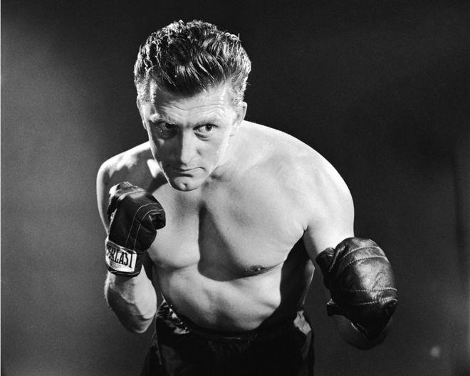 """كيرك دوغلاس في صورة ترويجية لفيلم """"البطل""""، إخراج مارك روبسون، 1949"""
