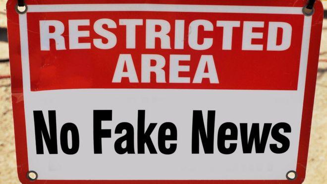 Placa dizendo área restrita - sem notícias falsas
