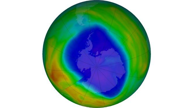 La última vista del ozono total sobre el polo antártico. Los colores púrpura y azul son los que tienen menos ozono, y los amarillos y rojos son los que tienen más ozono. (12 de septiembre)