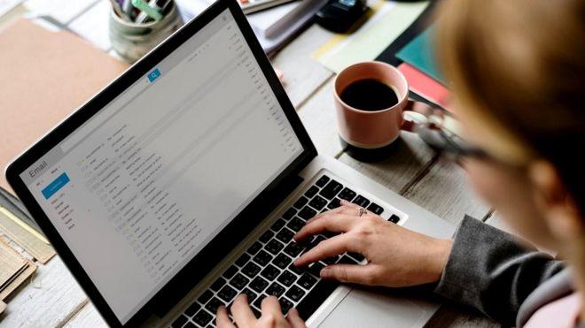 Многие из нас ежедневно получают больше имейлов, чем мы в состоянии ответить. Так что частичная автоматизация процесса может быть полезна