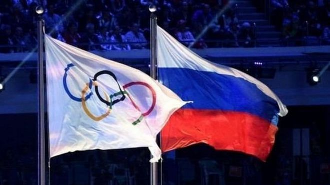 Олимпийский и российский флаги