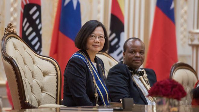台灣總統蔡英文造訪斯威士蘭,國王恩史瓦蒂三世以國禮迎接。