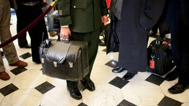 הנשיא פוטין מסתובב בכל מקום עם מזזודה לשיגור טילים גרעינים בשעת חירום _93629567_gettyimages-85060433