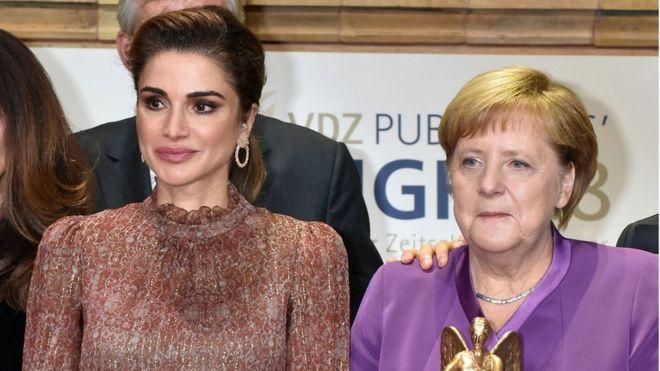 """Bà Merkel cùng Hoàng hậu Jordan Rania al Abdullah (trái) tại buổi lễ """"Publisher's night"""" ở Berlin hôm 5/11"""