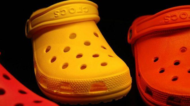 Te parecen feas las sandalias Crocs  Ese es exactamente el secreto ... e8153371a46