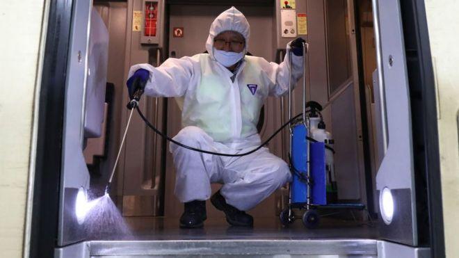 Một công nhân khử trùng trên một chuyến tàu điện ngầm ỏ Seoul, Hàn Quốc hôm 24/1 giữa lúc lo ngại gia tăng về sự lây lan của chủng virus corona mới.
