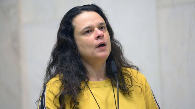 Janaina Paschoal fala ao microfone