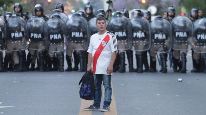 Aficionado de River frente a un cordón policial.