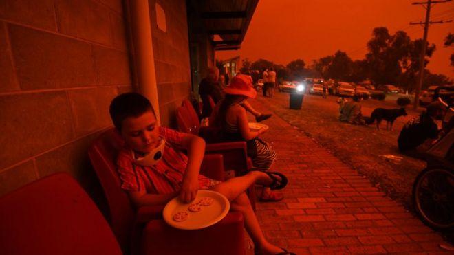 Personas evacuadas de Mallacoota, una de las zonas más afectadas por los incendios.