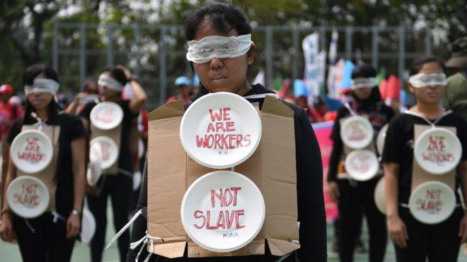 """""""Somos trabalhadores, não escravos"""". A frase fez parte de um protesto de imigrantes em Hong Kong, na China."""