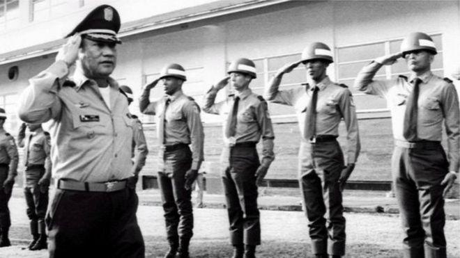 مانويل نورييغا يستعرض القوات ويؤدي التحية العسكرية