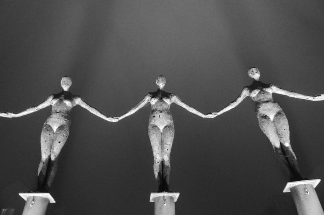صف من التماثيل الصدئة
