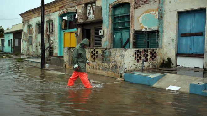 Un hombre camina por una calle inundada de Caibarién.