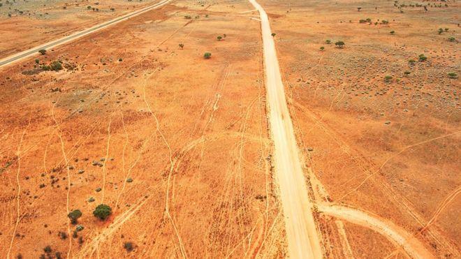 在澳大利亚内陆的一条离开的土路,从上面看