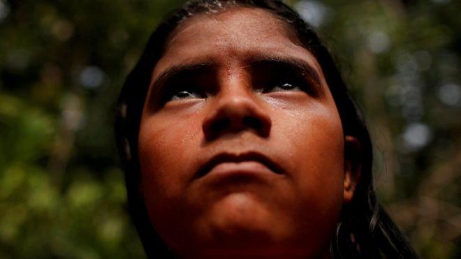 Niña indígena de la Amazonía