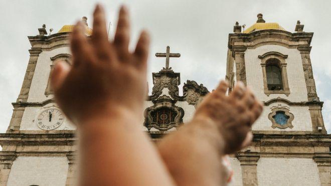 Mãos levantadas diante da Igreja do Senhor do Bonfim, em Salvador