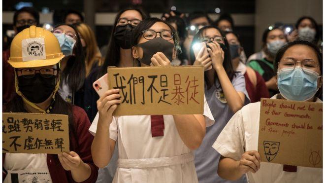 学生们身穿校服带口罩抗议,成为香港示威这半年来的重要画面。