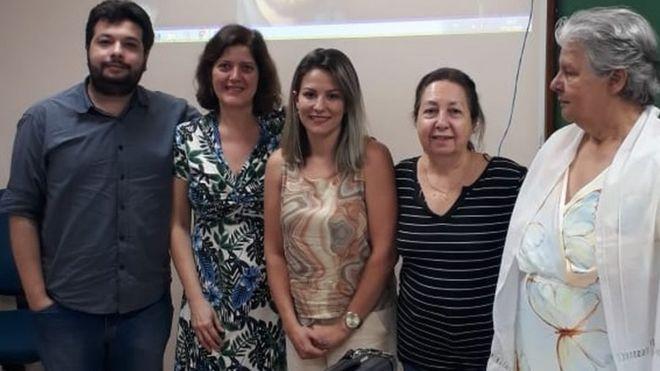 Simone (ao centro) e os professores