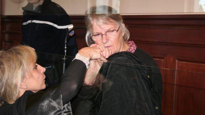 Жаклин Соваж (С), француженка, осужденная за убийство мужа, совершившего насилие, со своим адвокатом (имя не указано) в суде в Блуа, Франция, 3 декабря 2015 года