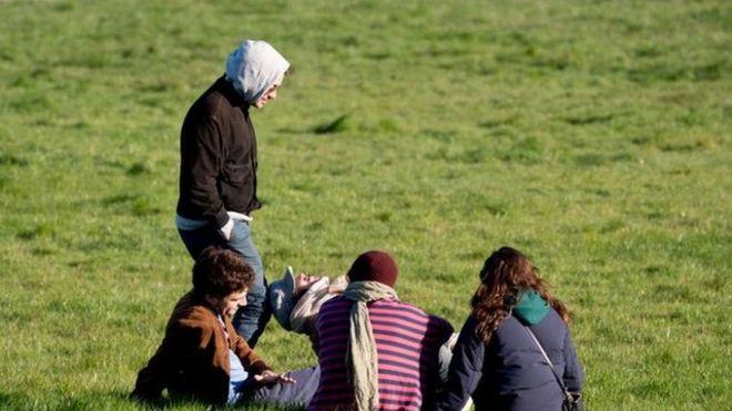 Gente en un parque en Londres