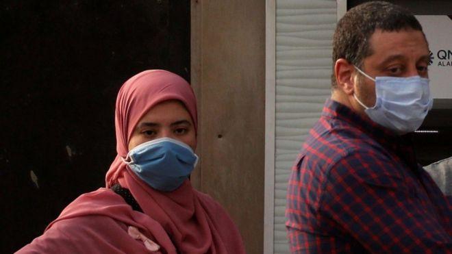 السلطات المصرية حثت المواطنين على ارتداء الكمامات للحد من تفشي الفيروس