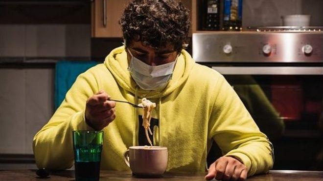 Обедать в маске - дело непростое