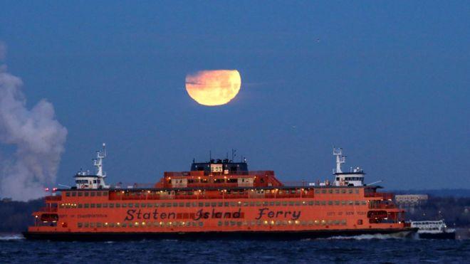 Superlua azul é vista atrás de navio em Nova York