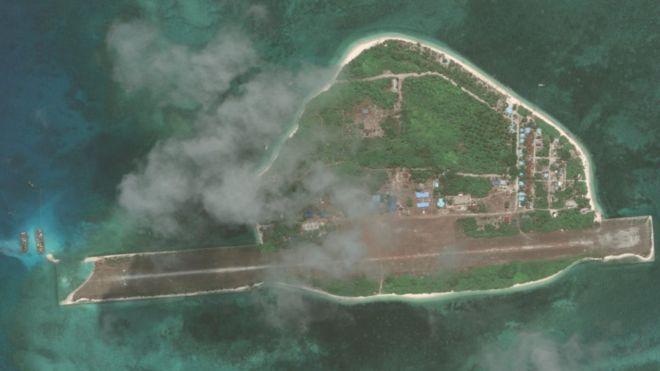 美國戰略與國際研究中心指出,5月17日拍攝的衛星相片顯示,中業島機場跑道西邊停靠了兩隻船,也顯示了跑道的損毀情況。