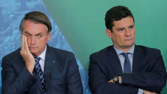 O presidente Jair Bolsonaro e o ministro Sergio Moro sentados lado a lado