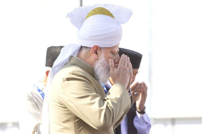 The caliph delivers five speeches about Islam at the Jalsa